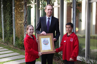 Minister for the Environment, Simon Corbell, presenting a Sustainability Award to Children at Chapman Primary School